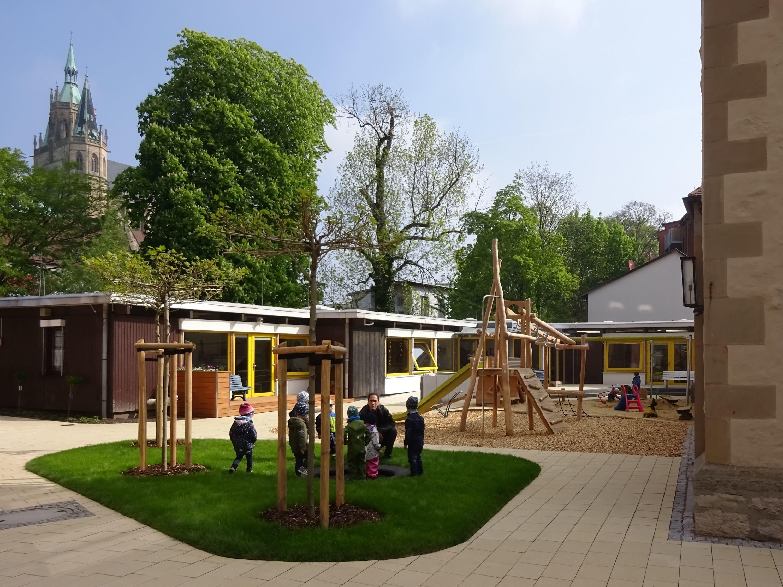 Unser Haus und neuer Spielplatz